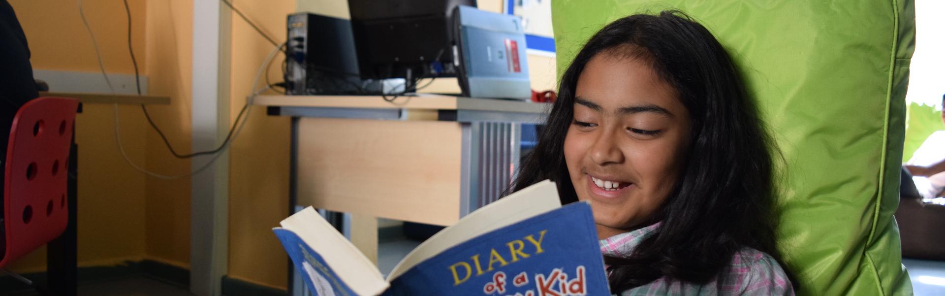 Schülerin lesen Buch